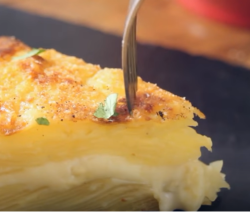 Запеченный в духовке картофельный пирог с чеддером